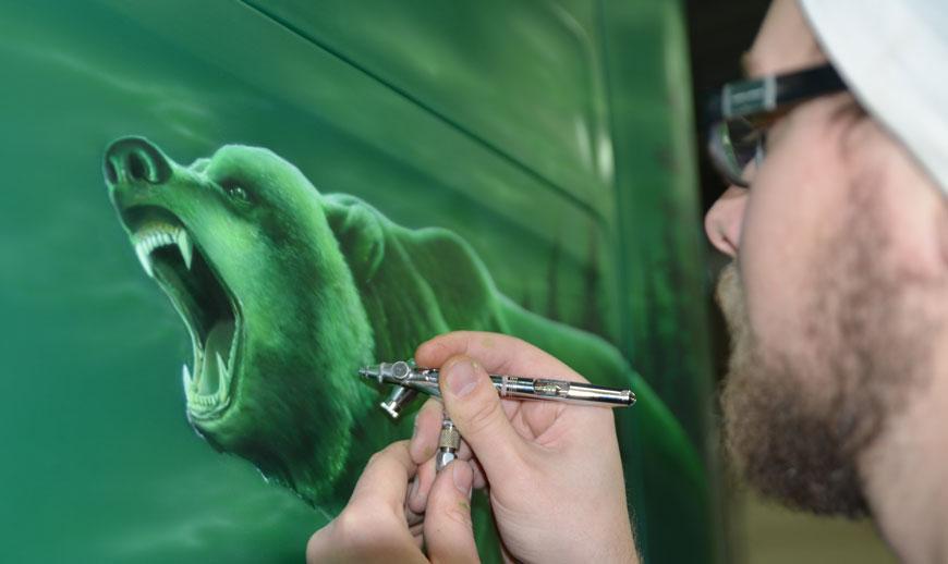 Målaren Niklas Edlund är Holmlunds specialist på Airbrush-målning. Här målar han på en lastbil.